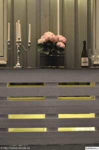 Comptoir ou une table haute avec deux palettes 6