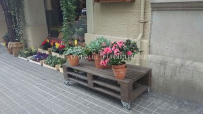 Exposants pour les jardinières construits avec des palettes 6