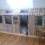 Petite maison et chambres à coucher avec des palettes pour les enfants