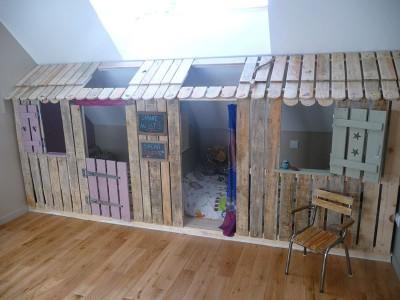 Petite maison et chambres à coucher avec des palettes pour les enfants 1