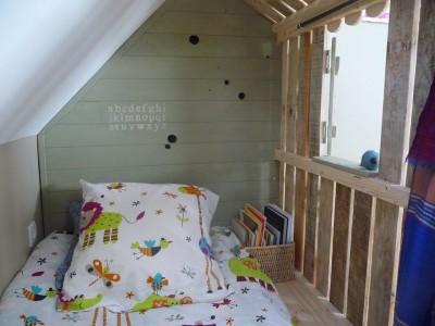 Petite maison et chambres à coucher avec des palettes pour les enfants 6