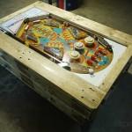 Table basse avec flipper intégrée construite avec des palettes