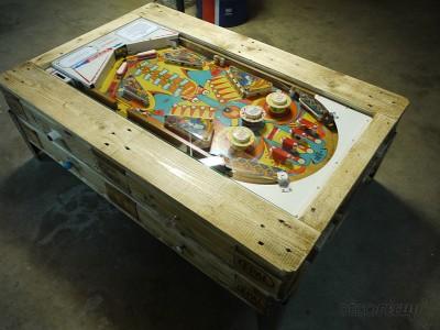 Table basse avec flipper intégrée construite avec des palettes 1