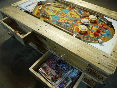 Table basse avec flipper intégrée construite avec des palettes 4