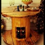 Table faite avec une bobine pour les amateurs de vin