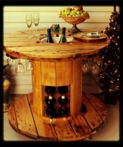 Table faite avec une bobine pour les amateurs de vin 1