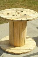 Table faite avec une bobine pour les amateurs de vin 2