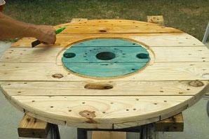Table faite avec une bobine pour les amateurs de vin 5