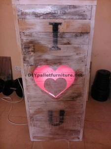 Valentine lampe faite avec palettes 5