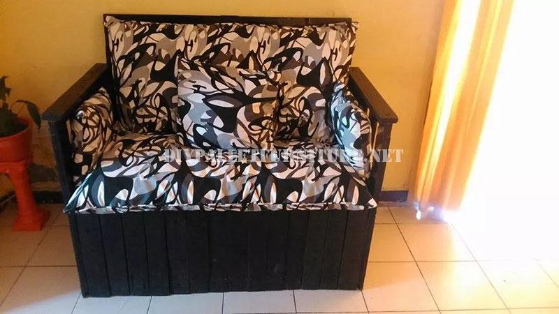 Canap construit avec une bo te de bois recycl meuble en - Peindre une palette en bois ...