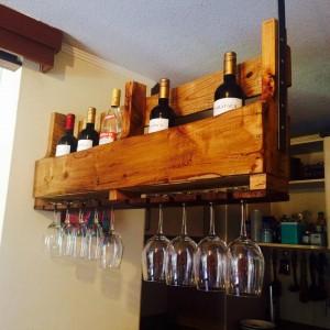 Casier à bouteilles suspendu construit avec une palette 1