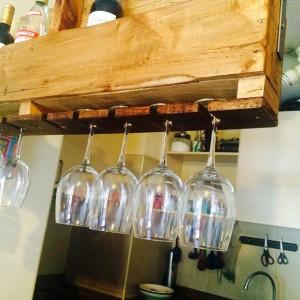Casier à bouteilles suspendu construit avec une palette 3