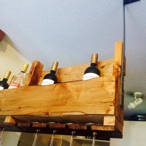 Casier à bouteilles suspendu construit avec une palette 5