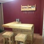 Comptoir de bar construit avec palettes