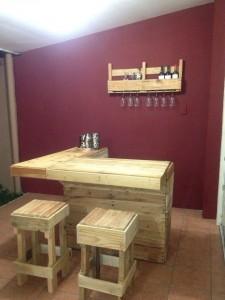Comptoir de bar construit avec palettesmeuble en palette - Construire des meubles avec des palettes ...