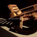 Curieuse conception d'une chaise berçante fait à partir d'éléments recyclés