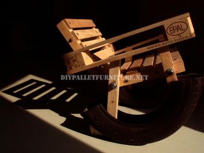 Curieuse conception d'une chaise berçante fait à partir d'éléments recyclés 1