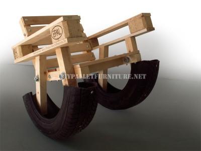 Curieuse conception d'une chaise berçante fait à partir d'éléments recyclés 2