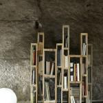 Bibliothèque construite avec des palettes verticalement