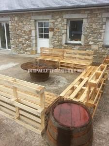 Canapé et table basse pour le jardin