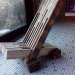 Chaise design construit avec planches de palettes