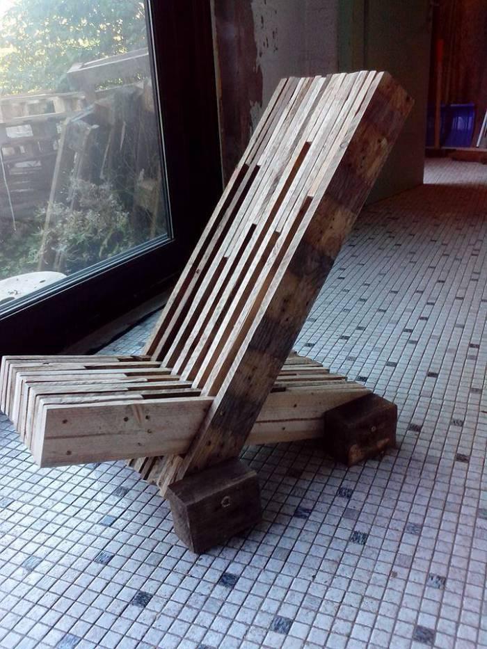 Chaise design construit avec planches de palettesmeuble en for Siege palette