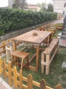 Ensemble de mobilier d'extérieur pour le jardin construit en utilisant les palettes 2