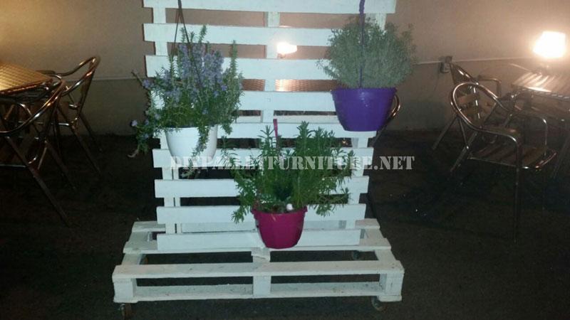 support vertical pour les jardini res avec palettesmeuble en palette meuble en palette. Black Bedroom Furniture Sets. Home Design Ideas