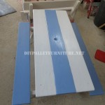 Table avec des bancs intégrés en palettes planches