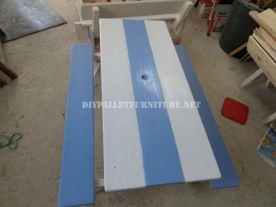 Table avec des bancs intégrés en palettes planches 1