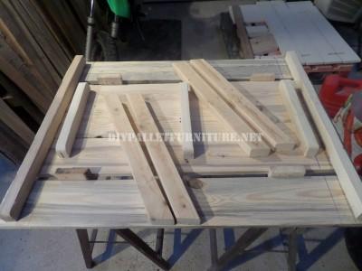 Table avec des bancs intégrés en palettes planches 3