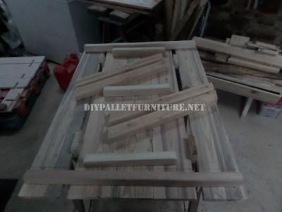 Table avec des bancs intégrés en palettes planches 4
