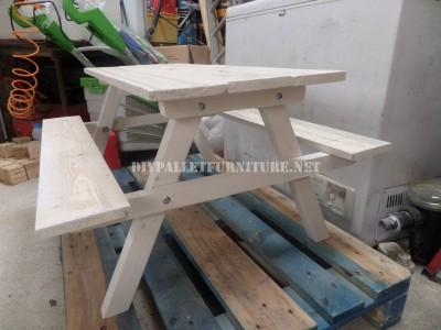Table avec des bancs intégrés en palettes planches 5