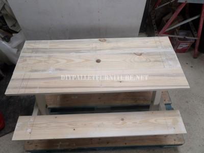 Table avec des bancs intégrés en palettes planches 6