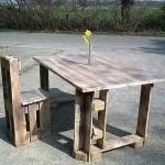 Table et chaise construite avec des palettes