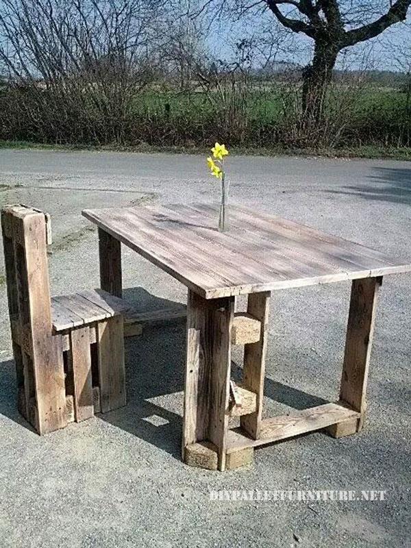 Table et chaise construite avec des palettesmeuble en - Construire une table avec des palettes ...
