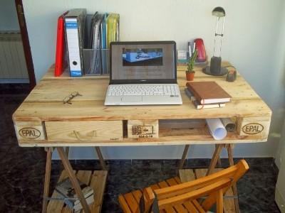 Bureau fabriqué à partir d'une palette et 2 tréteaux de table 2