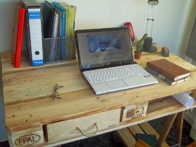 Bureau fabriqu partir d une palette et 2 tr teaux de tablemeuble en palett - Faire un bureau avec une planche ...