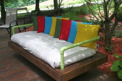 Canapé extérieure construite avec des palettes et des tuyaux en PVC 1