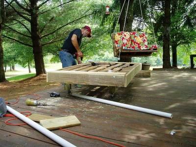 Canapé extérieure construite avec des palettes et des tuyaux en PVC 6