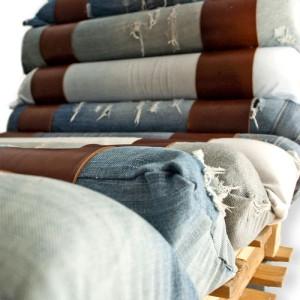 Fauteuil fait avec des palettes et des jeans recyclés 3