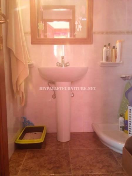 Cabinet pour l'évier de la salle de bain fait avec palettes 2