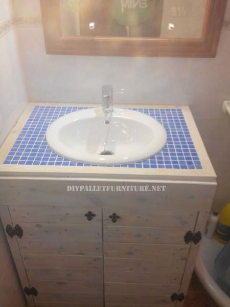 Cabinet pour l'évier de la salle de bain fait avec palettes 4