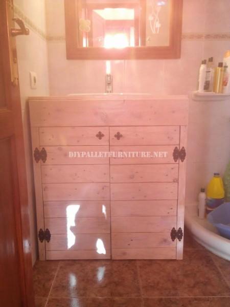 Cabinet pour l'évier de la salle de bain fait avec palettes 5