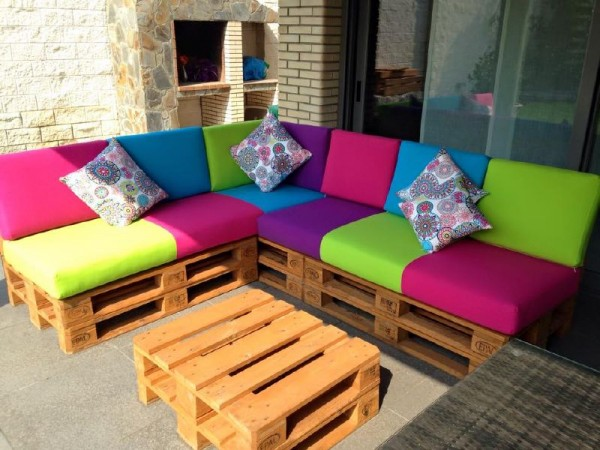 Canap de couleur pour la terrassemeuble en palette for Sofa de madera para terraza