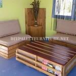 Canapé et table en plein air avec des palettes