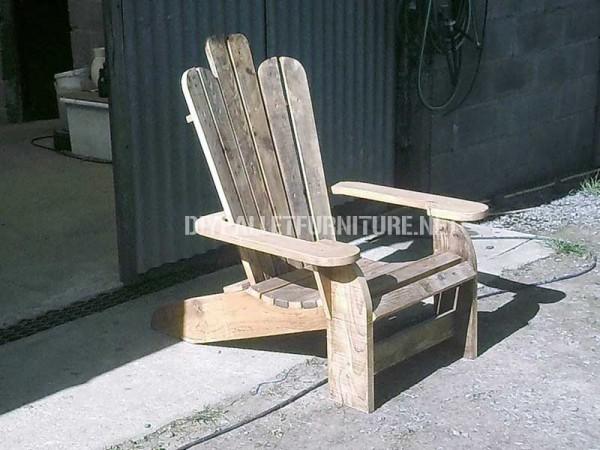 Chaise Adirondack construite avec des planches de palettes 3
