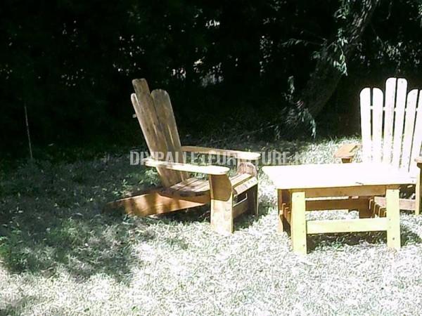 Chaise Adirondack construite avec des planches de palettes 4