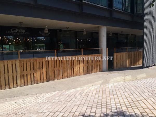 Clôture pour une terrasse bar-restaurant fait avec palettes 1