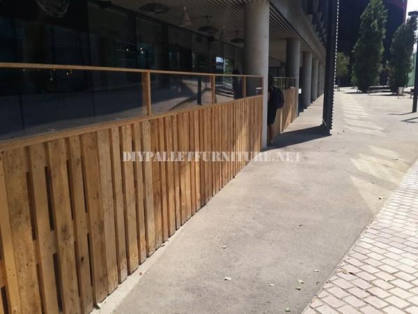 Clôture pour une terrasse bar-restaurant fait avec palettes 3